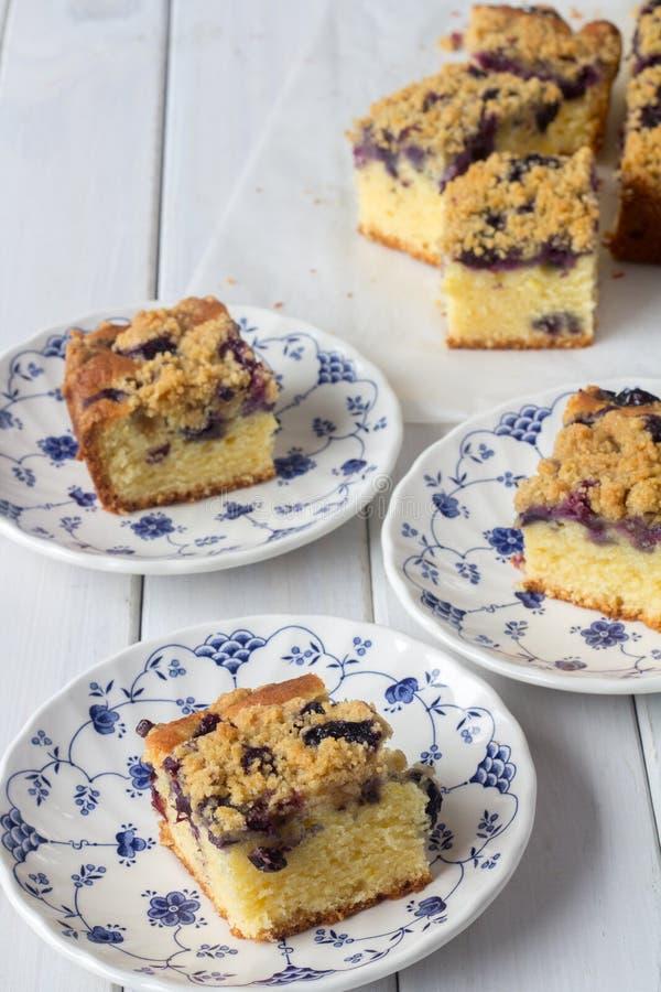 蓝莓从垂直上的碎屑蛋糕 免版税图库摄影