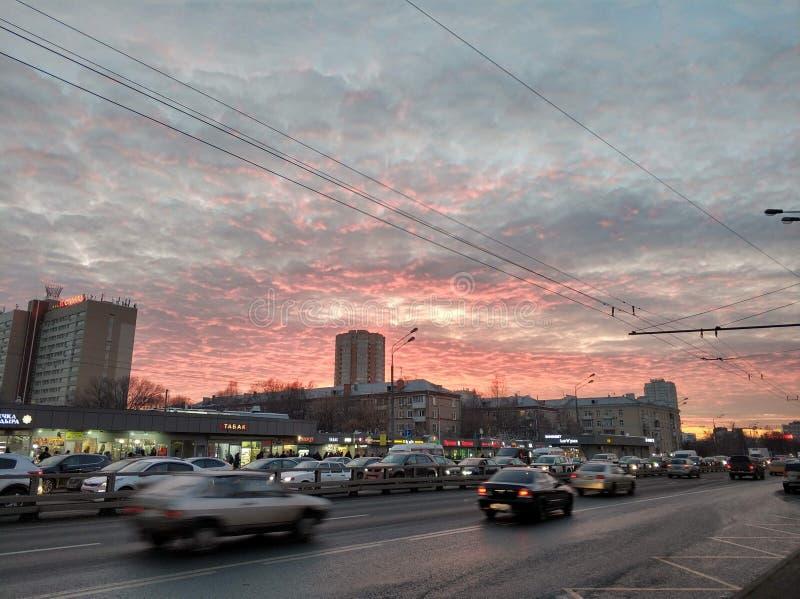 蓝蓝桃红色白的天空在莫斯科在3月 库存照片