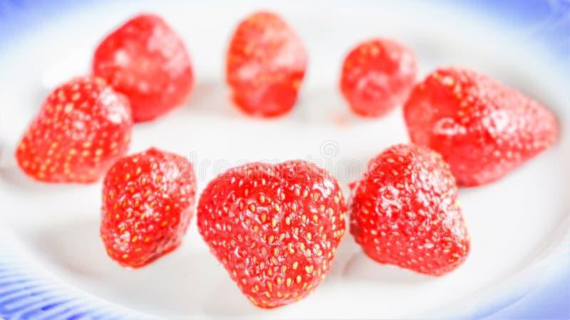 蓝边白盘上的草莓 库存照片
