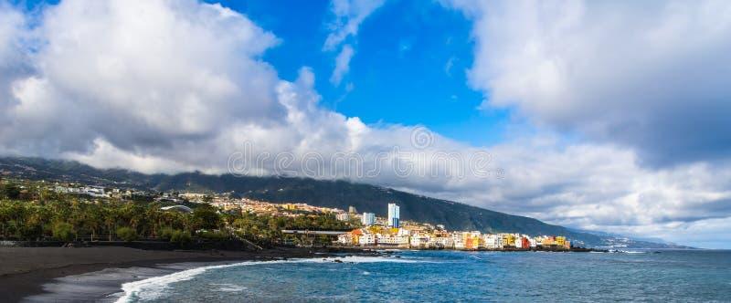 蓬塔布拉瓦岛五颜六色的房子看法从海滩雅尔丹的在普埃尔托德拉克鲁斯,特内里费岛,加那利群岛,西班牙 ?? 库存照片