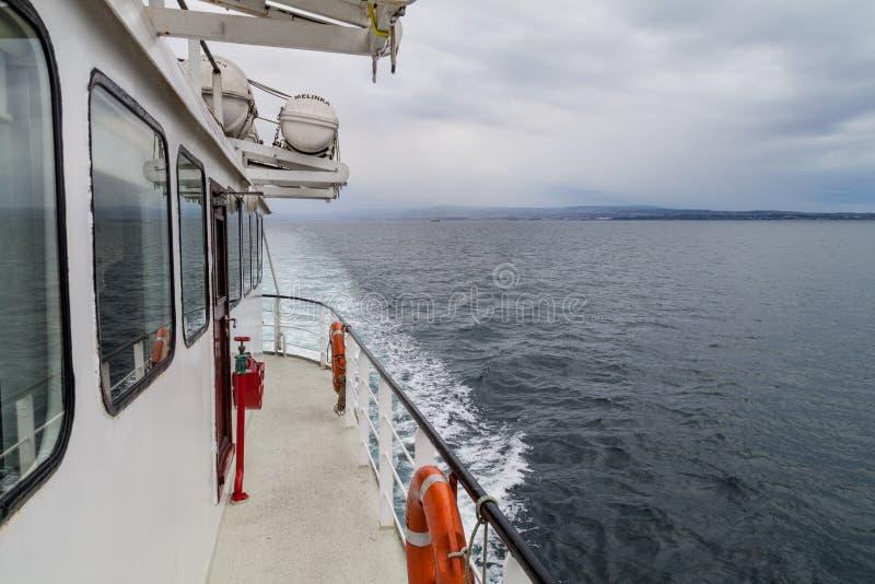 蓬塔阿雷纳斯,智利- 2015年3月4日:轮渡前往在伊斯拉马格达莱纳海岛上的企鹅殖民地的Melinka在麦哲伦海峡 库存图片