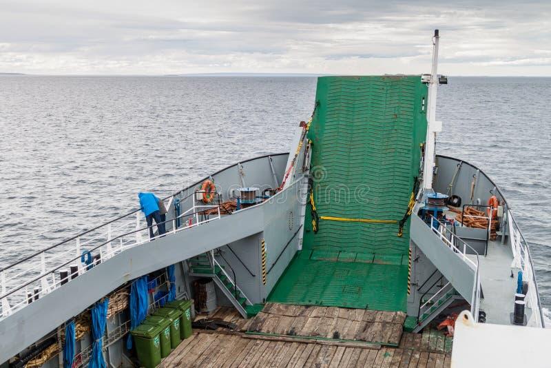 蓬塔阿雷纳斯,智利- 2015年3月4日:轮渡前往在伊斯拉马格达莱纳海岛上的企鹅殖民地的Melinka在麦哲伦海峡 免版税图库摄影