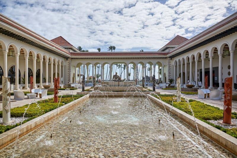 蓬塔CANA,多米尼加共和国- 2017年3月19日:现代新古典主义的样式的美丽的庭院在Paradisus旅馆在Playa Bav 库存图片