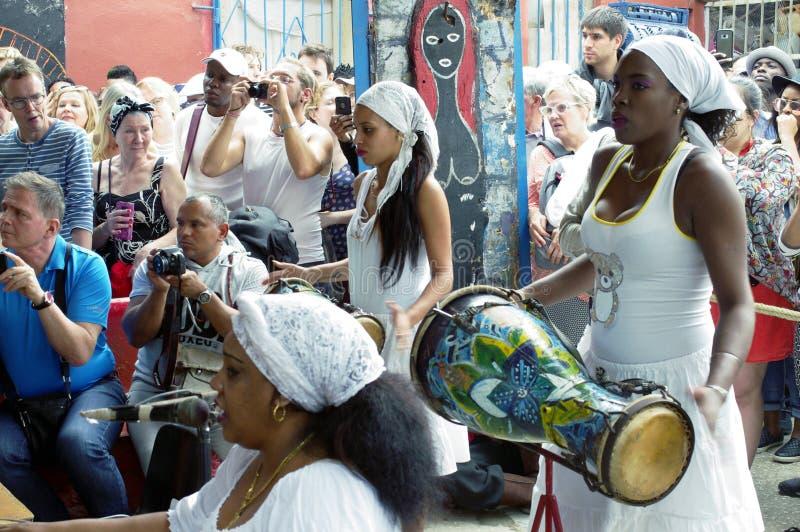 蓬松卷发古巴人女性鼓手戏剧古巴仑巴舞敲打 免版税库存照片