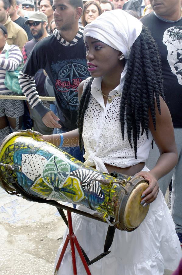 蓬松卷发古巴人女性鼓手 图库摄影