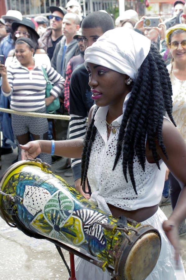 蓬松卷发古巴人女性鼓手 免版税库存照片