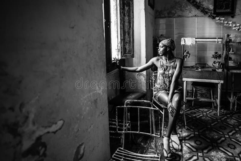 蓬松卷发女孩 一个美丽的古巴女孩的画象 库存图片
