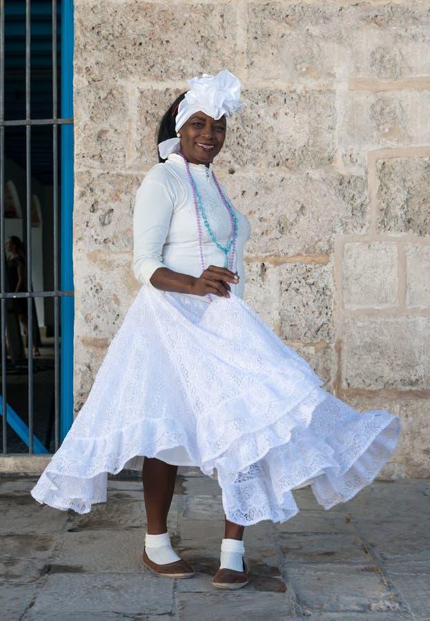 蓬松卷发妇女穿戴了与典型的衣裳在哈瓦那 库存图片