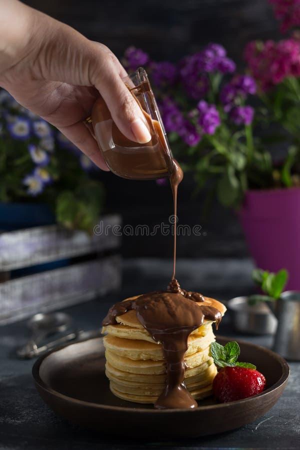 蓬松薄煎饼用巧克力&草莓&草莓 图库摄影