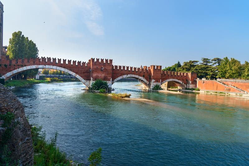 蓬特di Castelvecchio或在阿迪杰河的Castel Vecchio桥梁看法  维罗纳 E 库存图片