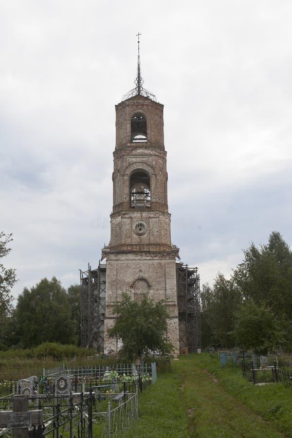 蓬蒿教会伟大在公墓在Koumikha村庄, Kotlas区,阿尔汉格尔斯克州地区附近的Vasilievsky 库存照片