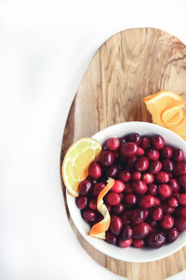 蔓越桔和水多的橙色切片平的位置  库存照片