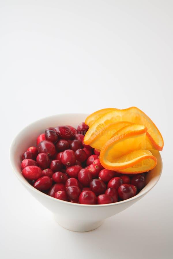 蔓越桔和水多的橙色切片 库存图片