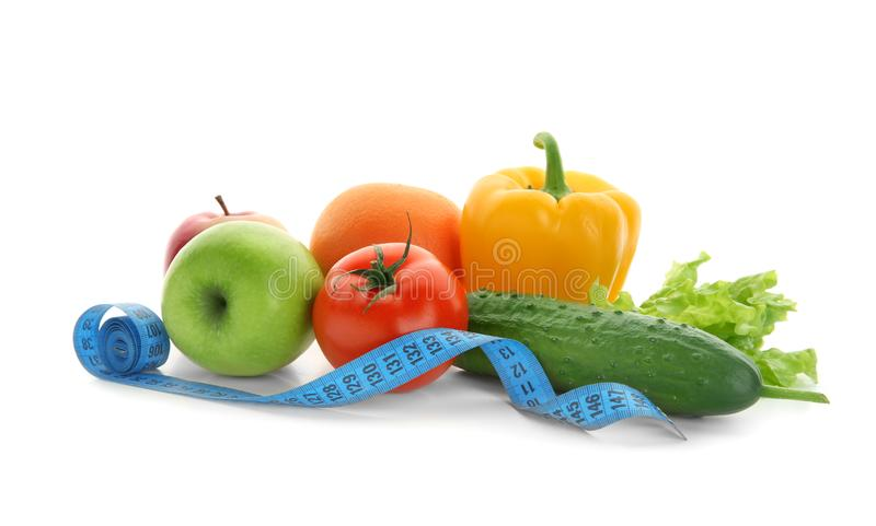 蔬菜、水果和测量的磁带在白色背景 o 免版税库存照片