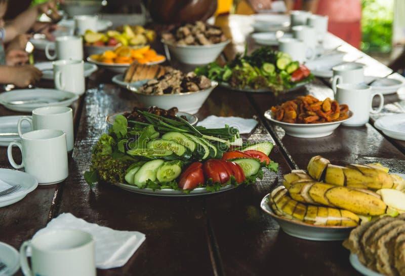 蔬菜和水果在一张木桌上切 野餐在夏天 r 党本质上 免版税库存图片
