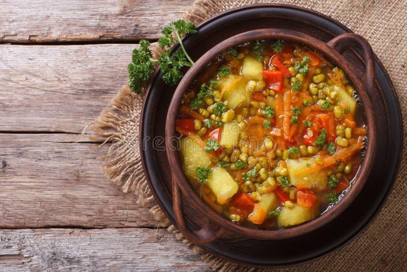 蔬菜汤与mungbeen水平的顶视图 免版税库存照片