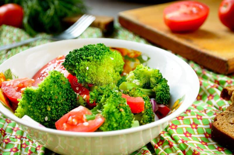 蔬菜沙拉用硬花甘蓝、蕃茄和芝麻籽 免版税库存照片