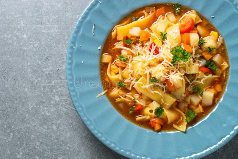 蔬菜通心粉汤传统意大利汤 免版税库存图片
