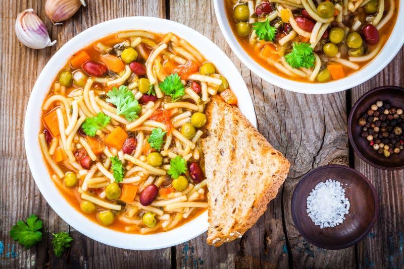 蔬菜通心粉汤汤用整个五谷多士 免版税库存照片