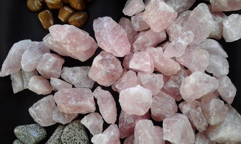 蔷薇石英石头 库存图片