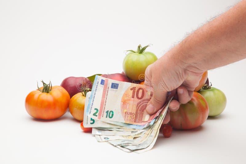 蕃茄、果子和它的价格在市场上 库存图片