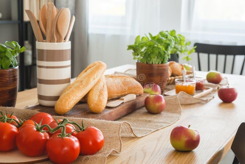 蕃茄、苹果和长方形宝石特写镜头在一张桌上在餐厅内部 图库摄影
