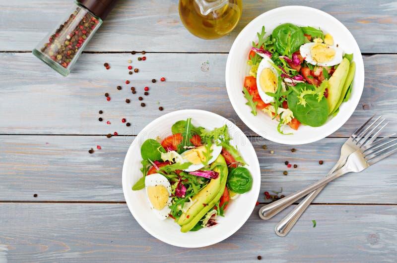 蕃茄、鸡蛋和莴苣的混合可口和清淡的沙拉离开 健康的早餐 免版税库存图片