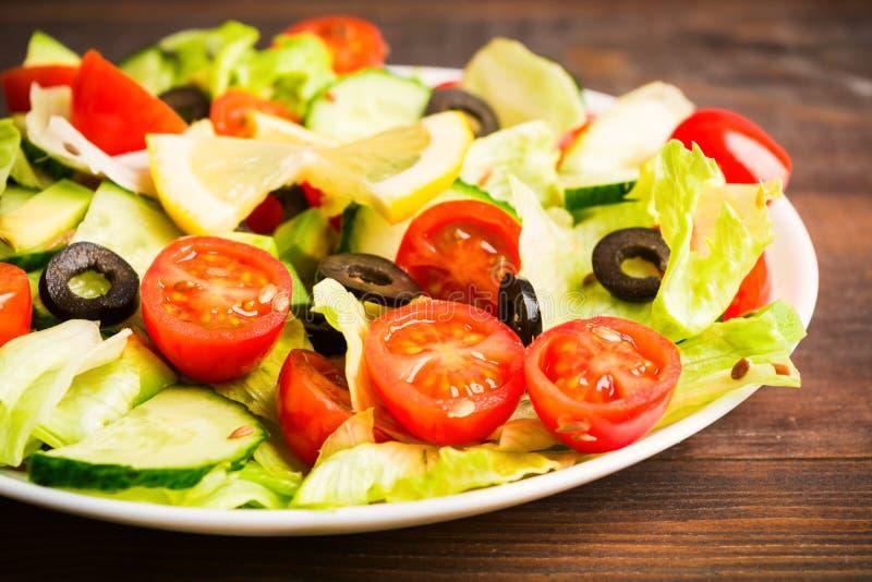 蕃茄、黄瓜、蔬菜沙拉、橄榄和种子沙拉  免版税库存图片
