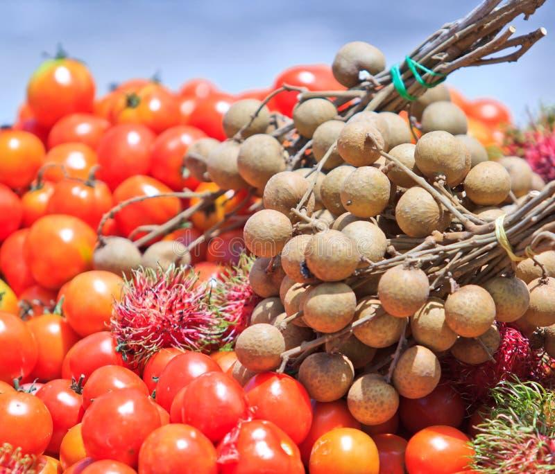 蕃茄、龙眼和红毛丹 免版税库存图片