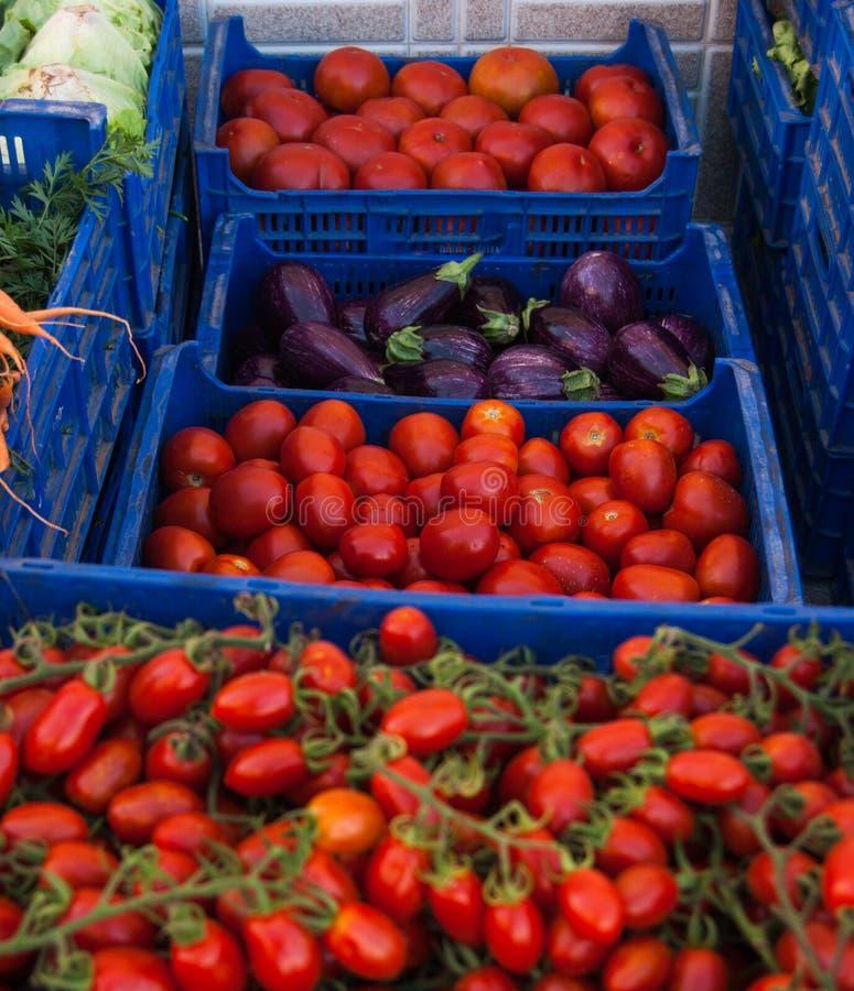 蕃茄另外品种在每周市场上卖了 免版税库存照片