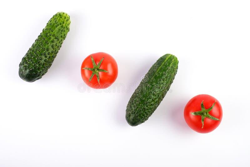 蕃茄和黄瓜在对角白色背景 免版税库存照片