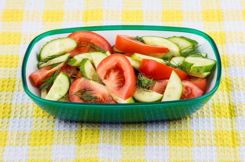 蕃茄和黄瓜沙拉用莳萝在碗在餐巾 库存图片