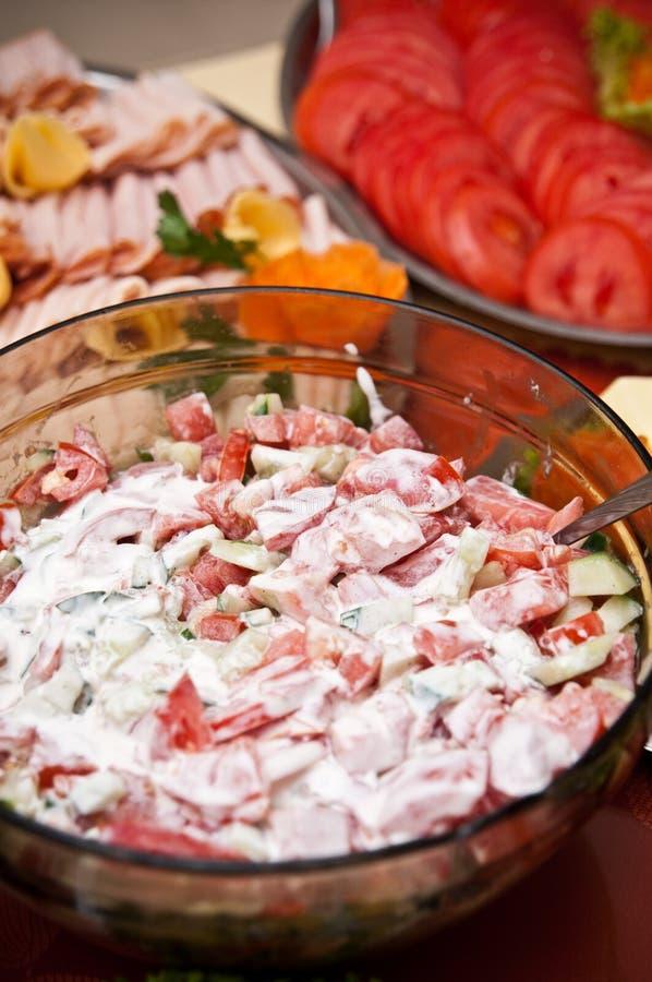 蕃茄用在碗的奶油色沙拉 免版税库存图片