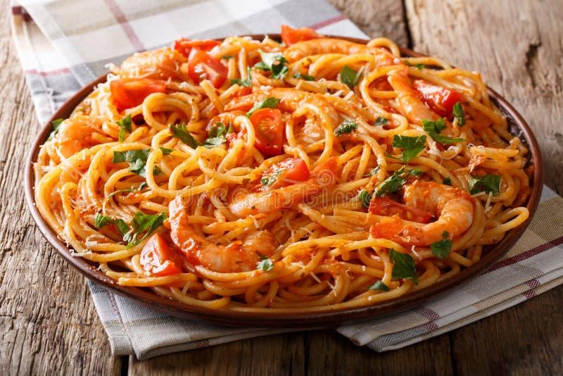 蕃茄Fra Diavolo调味汁、海鲜和面团意粉特写镜头 免版税库存图片