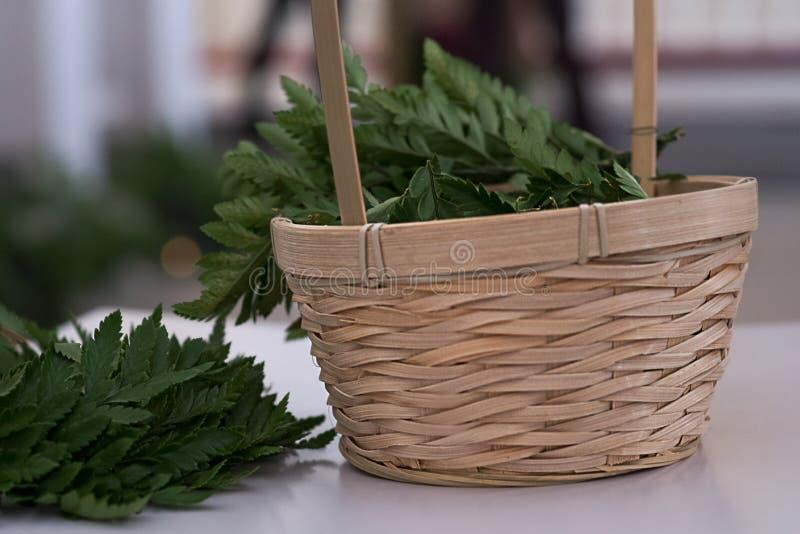 蕨绿色叶子在篮子的 土气婚礼装饰 免版税库存照片