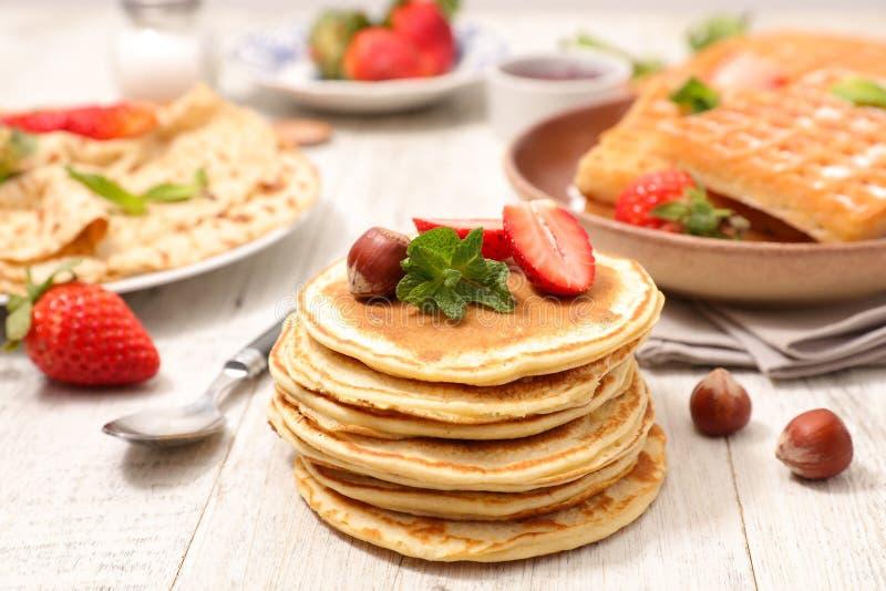薄煎饼、绉纱和奶蛋烘饼 库存照片