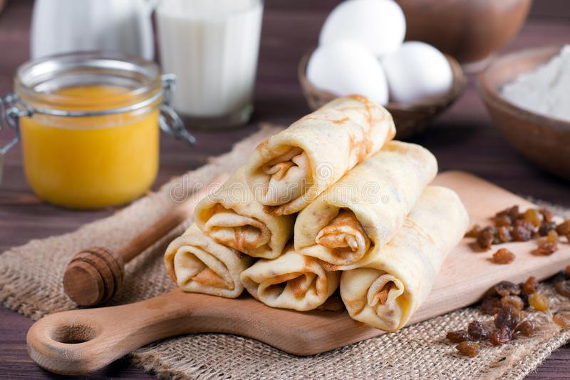 薄煎饼与充塞的早餐薄煎饼在木桌上 库存图片