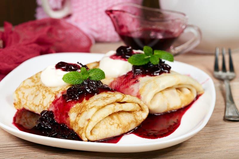 薄煎饼充满酸奶干酪和黑醋栗阻塞 Maslenitsa 免版税库存照片