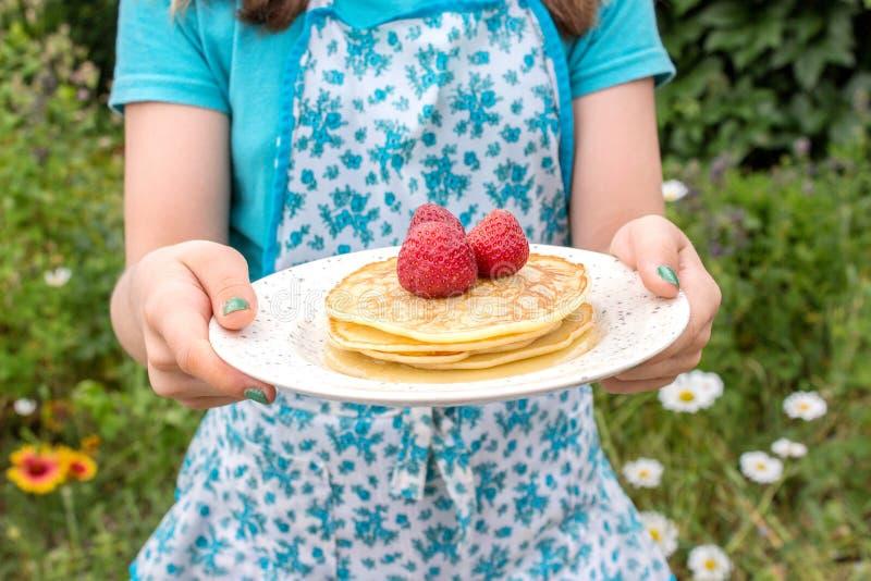 薄煎饼和草莓 免版税库存图片