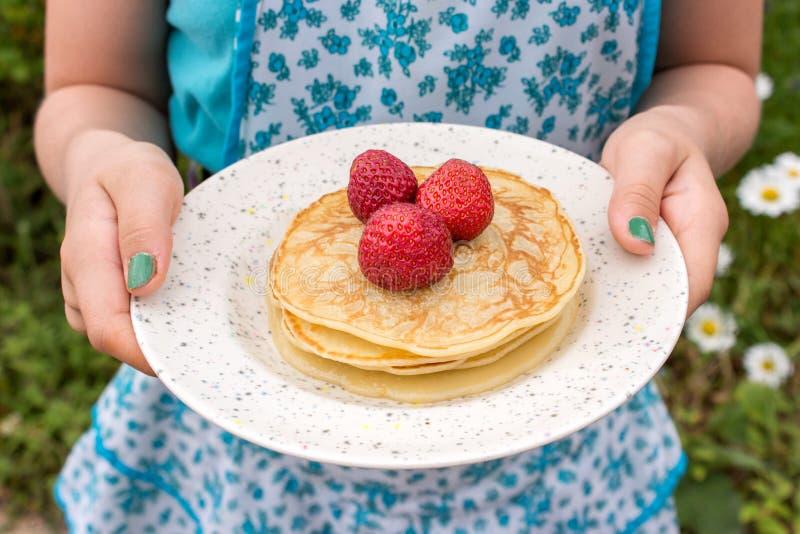 薄煎饼和草莓 免版税图库摄影