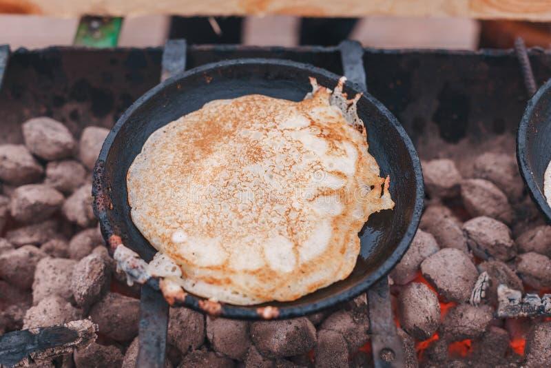 薄煎饼在煤炭的一个平底锅油煎 图库摄影