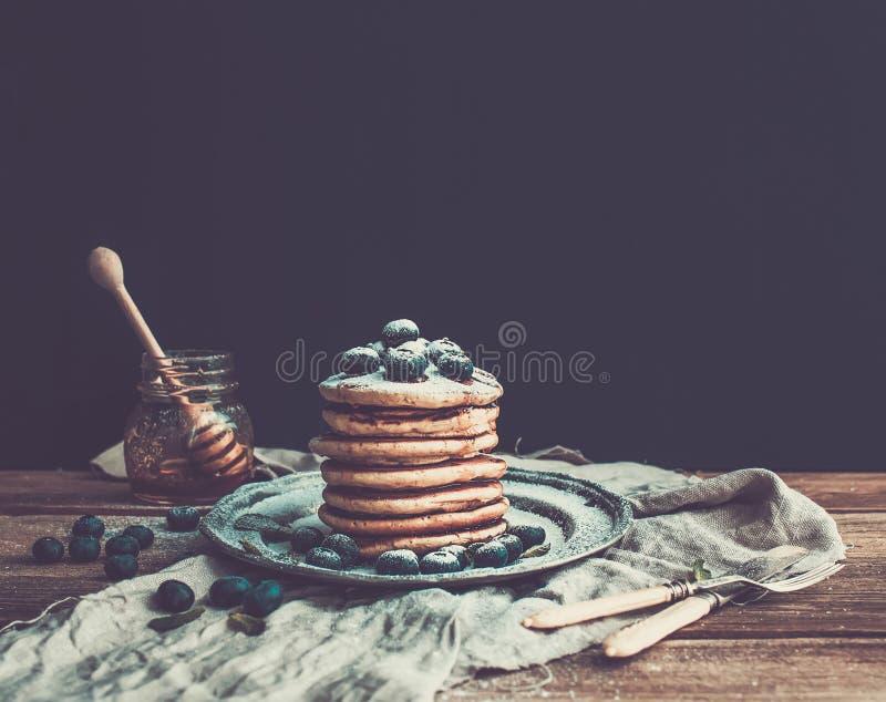 薄煎饼塔用新鲜的蓝莓和薄菏在a 免版税库存照片