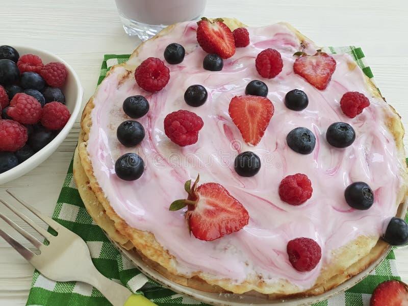 薄煎饼早晨莓果,莓,健康盘果子烹调营养蓝莓,在木的草莓酸奶 图库摄影