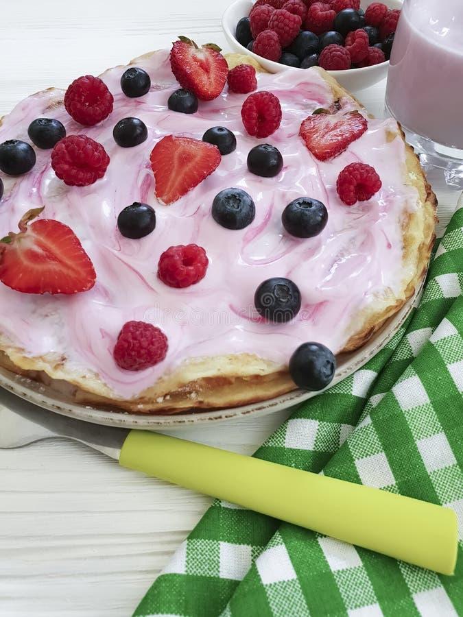 薄煎饼早晨莓果,莓,烹调健康盘果子烹调营养蓝莓,在木的草莓酸奶 图库摄影