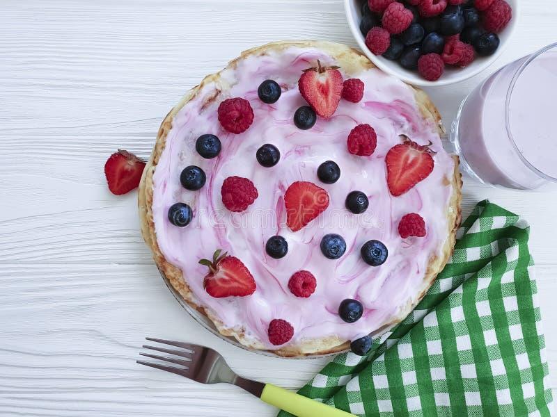 薄煎饼早晨莓果,莓,烹调健康盘果子烹调营养蓝莓,草莓酸奶木 免版税图库摄影