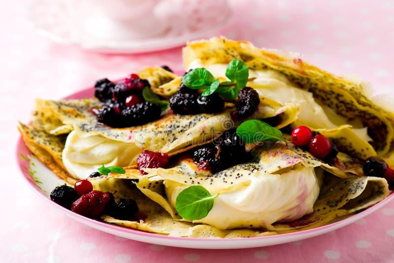 薄煎饼用乳脂干酪和莓果 免版税库存照片