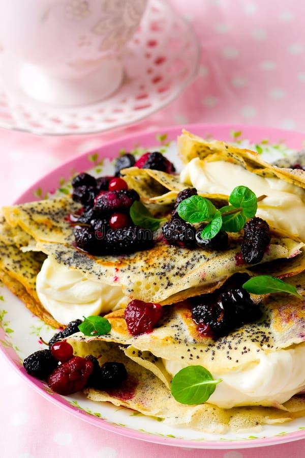 薄煎饼用乳脂干酪和莓果 图库摄影