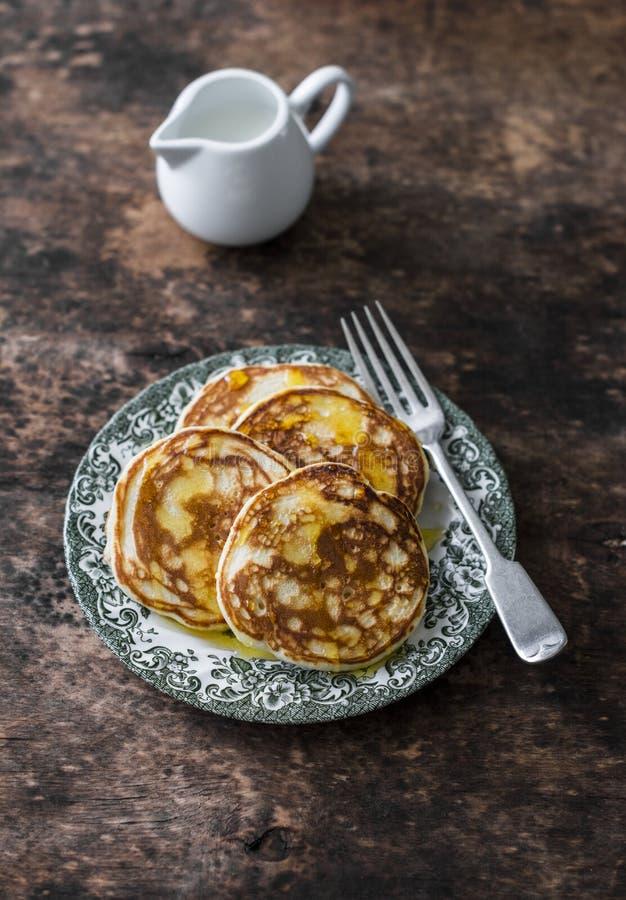 薄煎饼用在一张木桌上的蜂蜜 可口早餐,点心 库存照片
