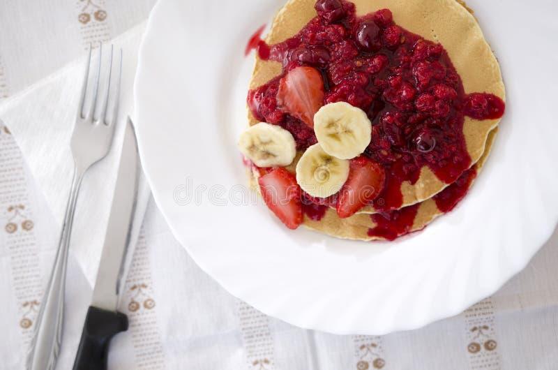 Download 薄煎饼用在桌上的果子 库存照片. 图片 包括有 果子, 膳食, 美食, 自创, 可口, 午餐, 鲜美, 牌照 - 72368058