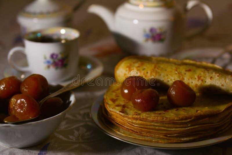 薄煎饼用无花果果酱和茶 免版税图库摄影